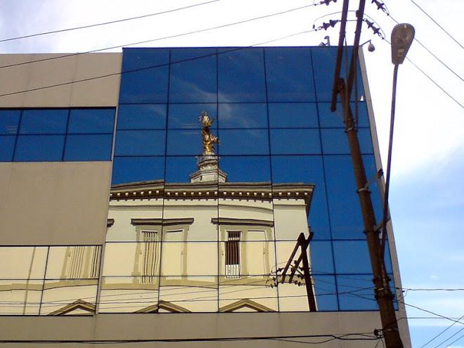 No reflexo, O prédio do Sagrado Coração de Jesus