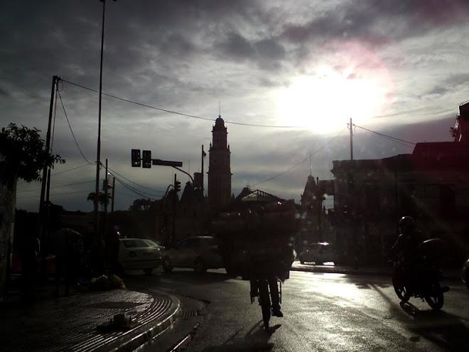 Rua Mauá. Ao fundo a torre da Estação da Luz.