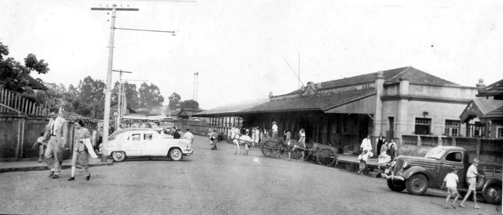 Estação ferroviária da cidade de Ourinhos-SP. À esquerda, um Ford ...