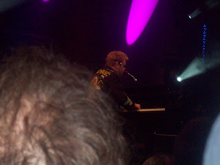 Final picture of Elton close up near the stage!
