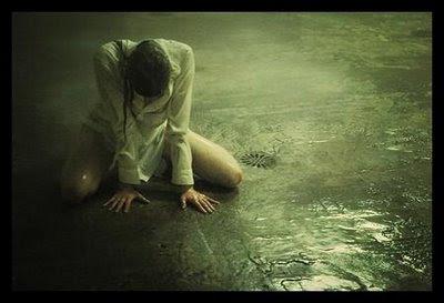donna che piange in ginocchio
