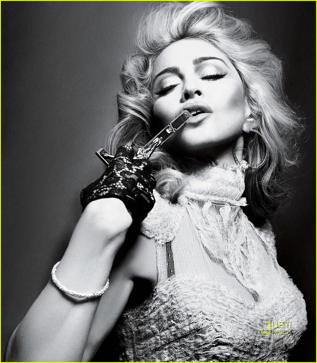 http://2.bp.blogspot.com/_AY6i1kASjeY/TBvZTraaubI/AAAAAAAAB1M/zuFUSAHza1g/s1600/madonna-interview-magazine-crucifix-05.jpg