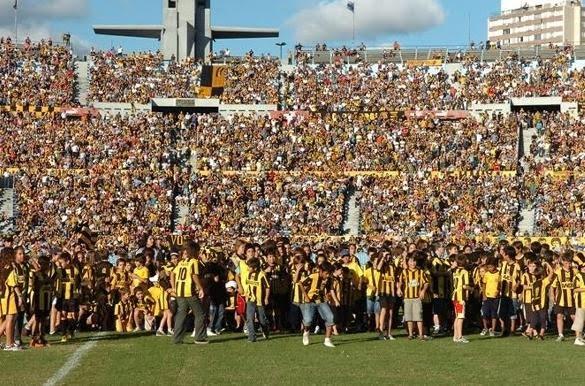 http://2.bp.blogspot.com/_AeGolBGioYw/S7LT3MYxD-I/AAAAAAAADQg/1dK-NiQLgTY/s1600/hinchada+del+manya+carbonero+llenando+el+estadio+como+siempre+pe%C3%B1arol+vs+cerro+largo+septima+fecha+torneo+clasura+2010.jpg