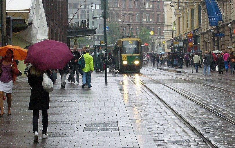 helsinki finlandia finland ciudad city ciutat paraigues paraguas pluja rain suomi lluvia tranvia tren