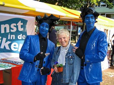 Corien in het blauw met een blauw bloemetje tussen twee blauwe kunstwerken