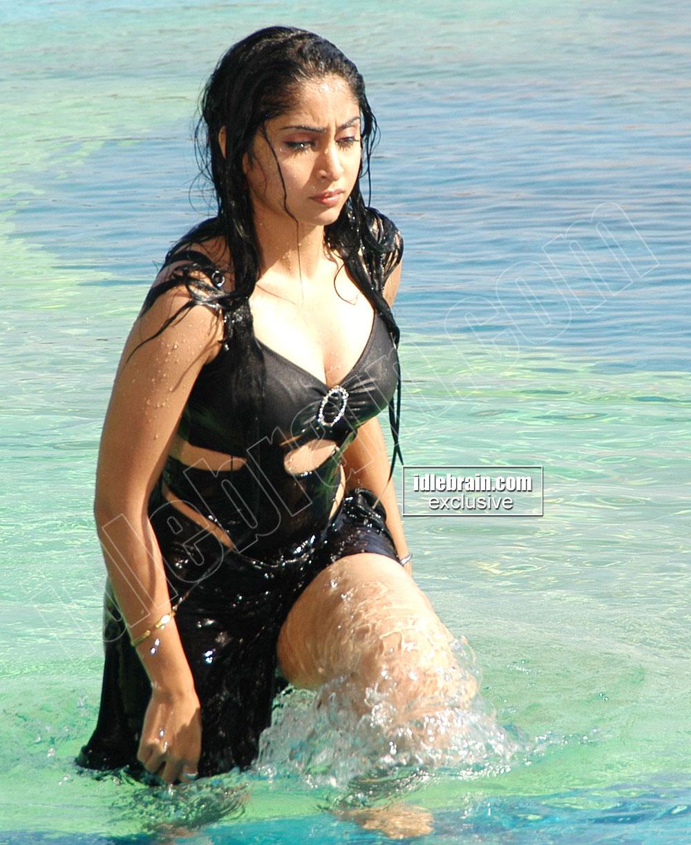 http://2.bp.blogspot.com/_AxD82qX6mIs/TB7JhUG1iAI/AAAAAAAAIOY/WndhrBManYE/s1600/aishwarya4.jpg