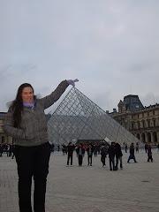 Brincando com a pirâmide do Louvre...rs