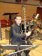 Gabriel em perfeita sintonia com a guitarrra P.M.