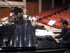 Aproveitando o intervalo de ensaio da orquestra,Gabriel em harmonia com o piano
