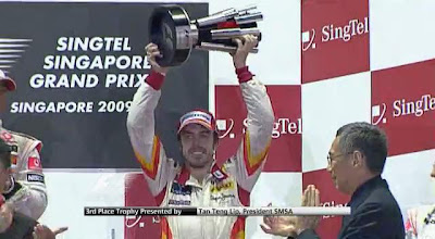 Fernando Alonso accepts 3rd place trophy Singapore 2009