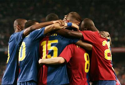 0+barcelona+sevilla+team+hug.jpg