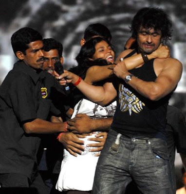 fan kisses sonu nigam images