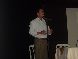 Pr. Carlo Fabiano comentando livro.
