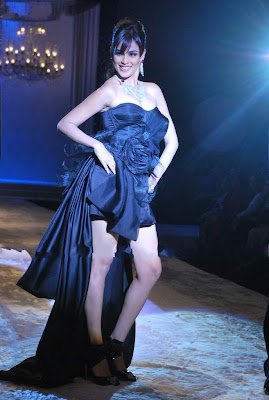 Genelia D'Souza walks ramp at HDIL couture week pics