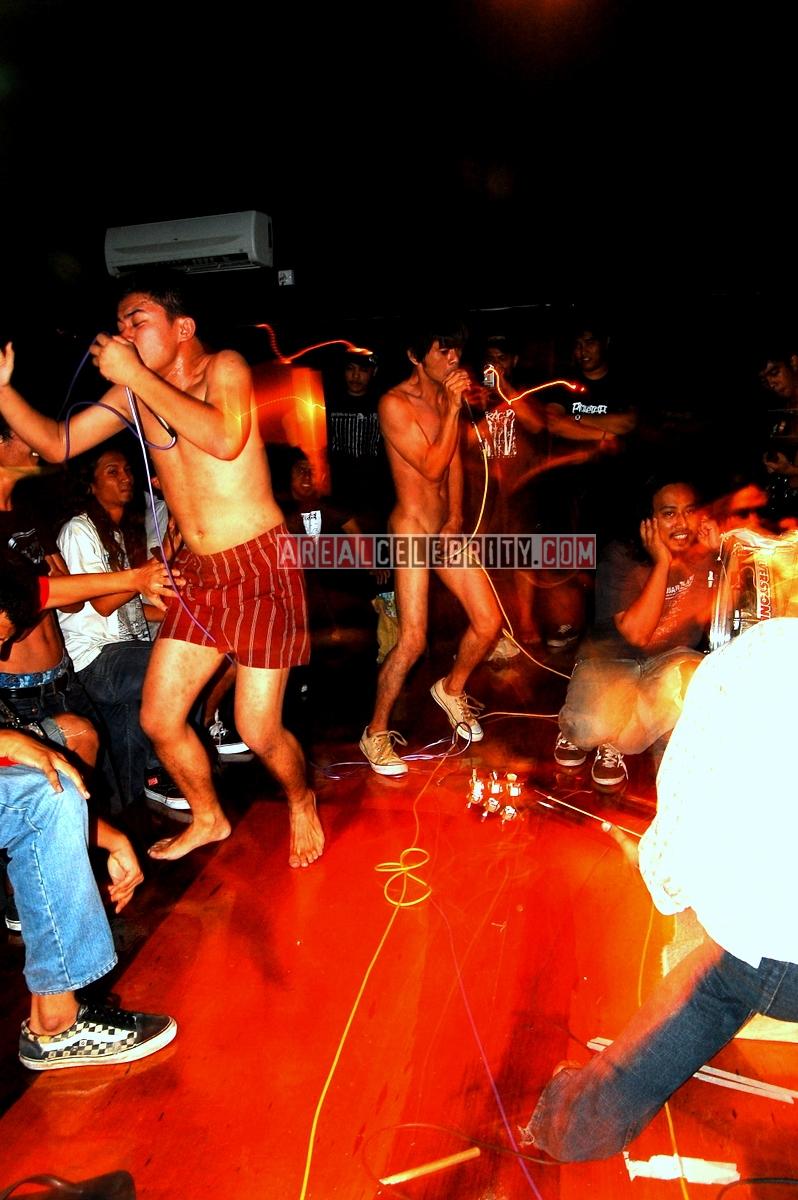 http://2.bp.blogspot.com/_BGF6L2VNuiw/TGt_wsJcNPI/AAAAAAAAAv4/_LX7CmNf8ew/s1600/Salleh+Gregor+Samsa+Party.jpg