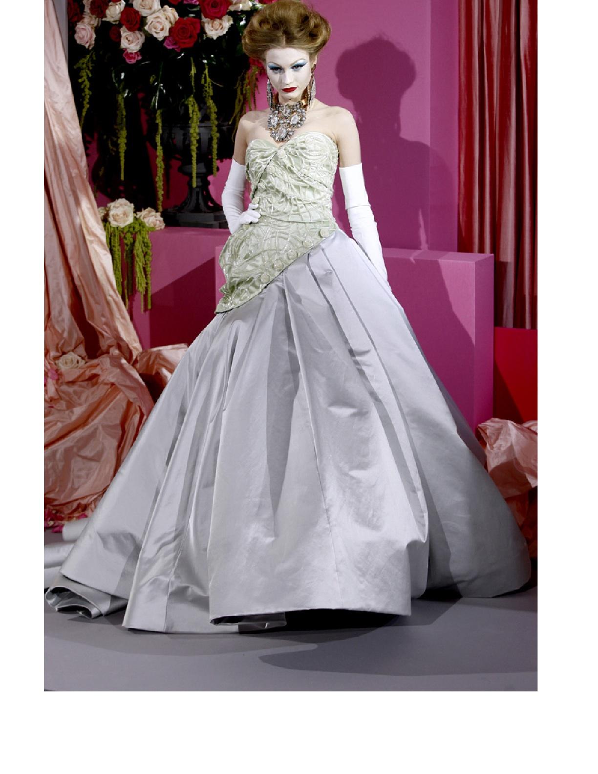 http://2.bp.blogspot.com/_BLo5dg0HG8U/S2HZnBn-H7I/AAAAAAAAAII/TKivHYNmPLI/s1600/Bride%2BDior%2B2010.jpg
