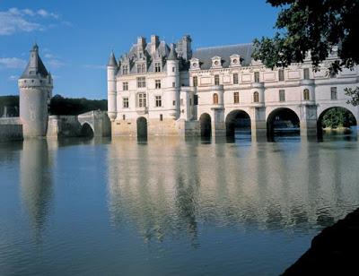 Замок Шенонсо. Через галерею можно перейти через реку и попасть в лес