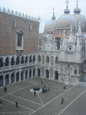 Дворец Дожей со стороны внутреннего двора. Здесь хорошо видно, что собор Святого Марка вплотную примыкает к Дворцу