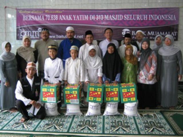 berbagi cahaya ramadhan santunan kepada 100 anak yatim piatu dan