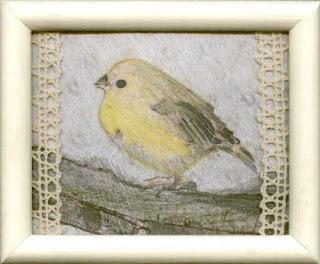 żółty ptak za oknem