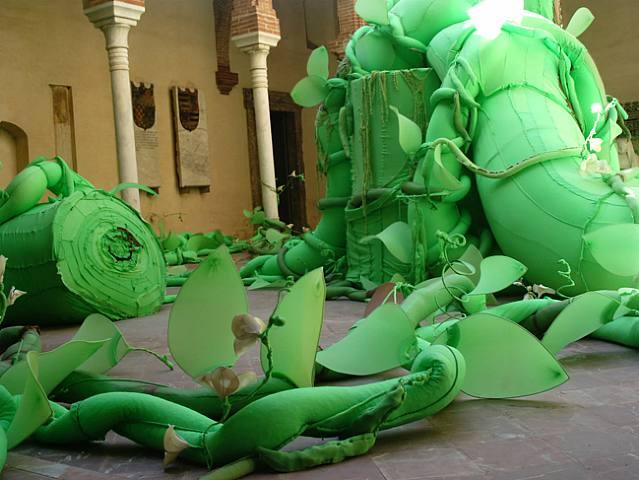 [Feijoeiro,+2004,+sculpture,+meia-calça+feminina,+tecido,+ferro,+arame,+esferovite.jpg]