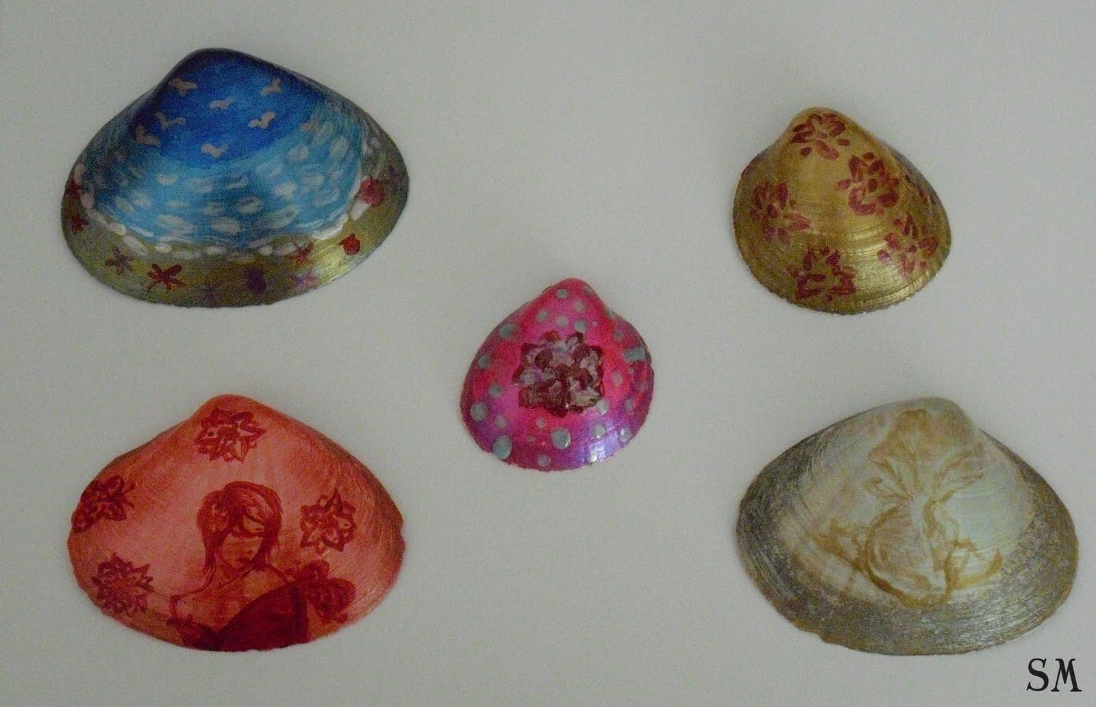 um conjunto de conchas com o seu próprio desenho