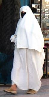 Le Haik: habit traditionnel de la femme  Autres-vetements-essaouira-maroc-1303554263-1189183+%255B640x480%255D