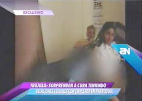 MARIDO FLAGRA PADRE FAZENDO SEXO COM A MULHER EM IGREJA