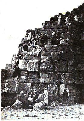 Pyramidales comme certains le supposent la pyramide de for Interieur pyramide
