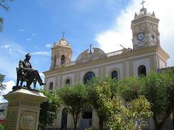 La plaza,la iglesia,el monumento