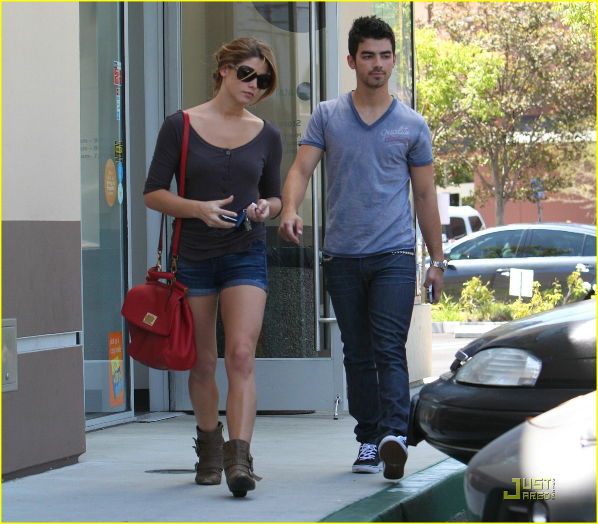 http://2.bp.blogspot.com/_Bk-S5Ypx8U4/TLYeTJr0CXI/AAAAAAAAAEs/kD2J5P8FdnE/s1600/ashley-greene-joe-jonas-coffee-01.jpg