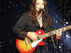 """A cantora de MPB, Ana Carolina, faz um desabafo através do poema """"Só de Sacanagem"""" de Elisa Lucinda"""