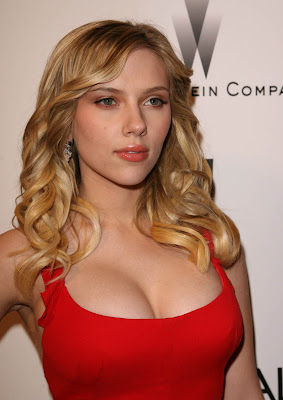 Scarlett splits Golden Globes dress