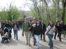 Caminando hacia el monumento del genocidio