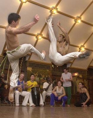 http://2.bp.blogspot.com/_BrloiEvGMN4/TL70vX8fPbI/AAAAAAAAA7c/zk6i_8zwjD8/s400/capoeira1.jpg