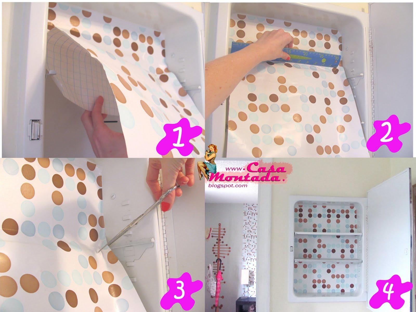 decorar banheiro velho:Depois de tirar as prateleiras comece aplicar o papel contact,o