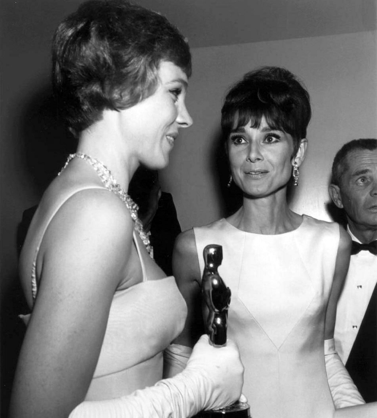 http://2.bp.blogspot.com/_Bwa4ZwGhMM8/TKZxbU_UhaI/AAAAAAAAA1c/pMNt-uPUybY/s1600/Audrey-Hepburn-and-Julie-Andrews-actresses-5201574-1300-1442.jpg