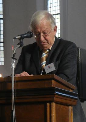 Prof Pieter Drooglever berpidato pada acara HAPIN di Belanda 2009 oleh penulis (tengah)