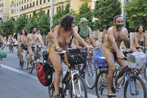 discreto escoltas desnudo