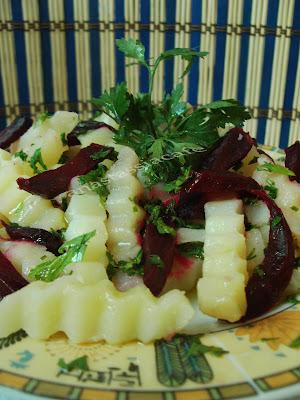 Articole culinare : Salata de cartofi cu sfecla