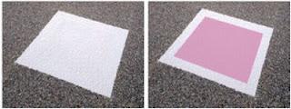 Links een speciale ijzeltegel bij een temperatuur boven 1 °C, rechts een roze verkleurde ijzeltegel bij een temperatuur lager dan 1 °C
