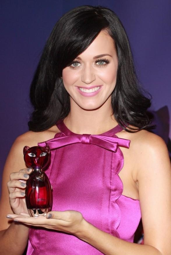 http://2.bp.blogspot.com/_C0bOWUO_eEA/TOHae_AXl_I/AAAAAAAAAhg/kaEuT_kx_Ew/s1600/Katy-Perry-estrena-su-nuevo-perfume-Purr-en-Londres-e1289693785452.jpg