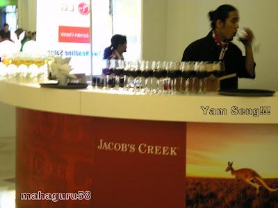 http://2.bp.blogspot.com/_C1EPAkx1iC8/SfCNTgbpKqI/AAAAAAAAKew/4lc7dhokEVI/s400/Bartender+Melayu+tengah+Yam+Seng!.JPG
