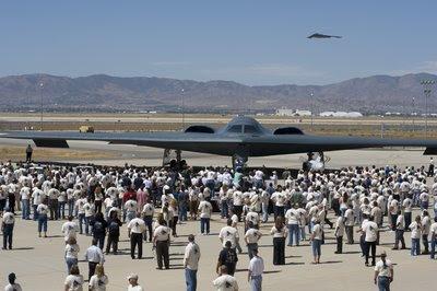 La Fuerza Aérea de EE.UU. y Northrop Grumman celebran el 20º aniversario del primer vuelo del bombardero B-2 Spirit