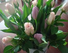 VÅRBUKETT-rosor och tulpaner