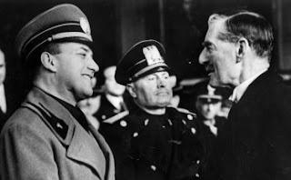 Benito Mussolini, el 14 de enero de 1939, entre su canciller, el conde Ciano, y el premier Neville Chamberlain en Roma /   AP / ARCHIVO