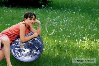 montage photo d'une enfant sur la Terre dans un champ