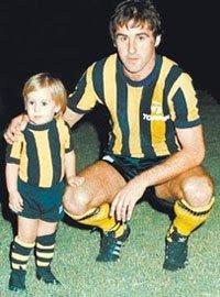 Rodrigo Palacio como mascota de Olimpo con su papá José Ramón