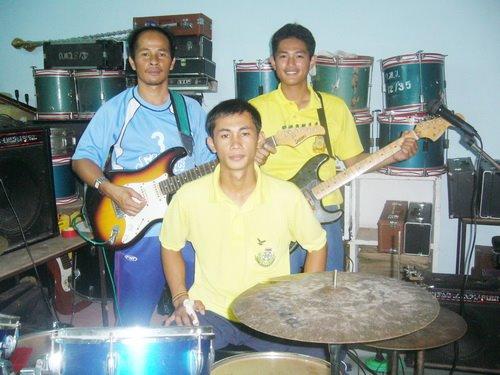 ซ้อมดนตรีกับน้อง ๆ