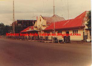 http://2.bp.blogspot.com/_CKnd-FXjWLA/SgmdmoXok-I/AAAAAAAABOw/BngOgootDQI/s400/1980an+Manado+-+Jl+Samrat+Gedung+Minahasaraad+1980-an+-+Koleksi+www_bode-talumewo_blogspot_com.jpg